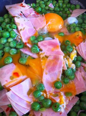 Low Carb Diät-Mahlzeit: Eier mit Erbsen und Schinken