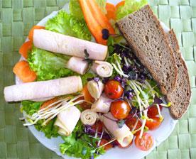 Rezept des Monats: Schinken–Käse–Röllchen auf Blattsalat